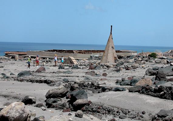 A Montserrat szigetén található templomot szinte teljesen beborította a láva és a vulkáni törmelék a Soufrière Hills vulkán 1997-es kitörése során.