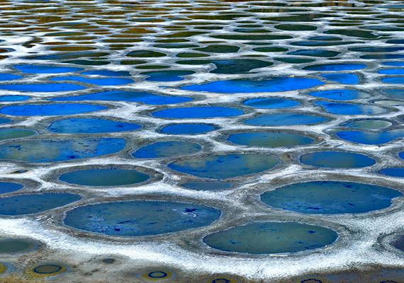 A kanadai Spotted Lake, vagyis Pöttyös-tó igen magas ásványianyag-tartalommal rendelkezik, amelyből visszamarad azután is, hogy nyáron a tó vize elpárolog. Ennek a jelenségnek köszönhetőek a különleges színek és pöttyök.