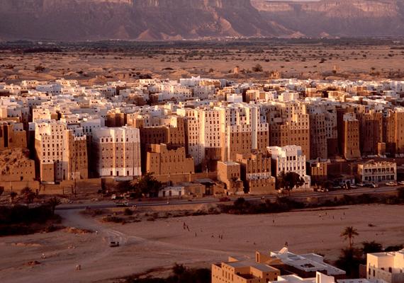 Jemenben az elmúlt 20 évben több mint kétszáz külföldit raboltak el. A képen Shibam ősi városa látható, melyet előszeretettel látogatnak meg a turisták.