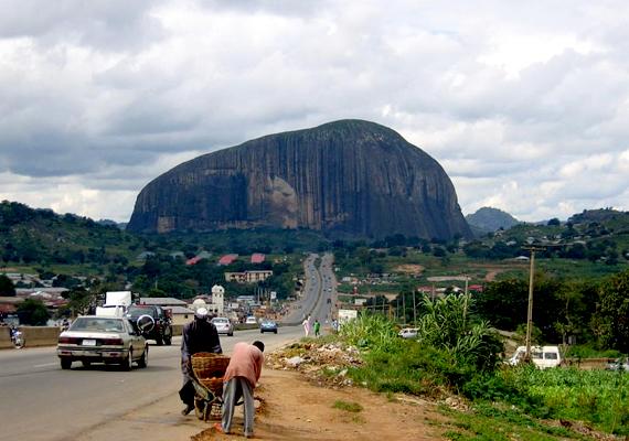 Nigériában az emberrablások száma évi ezerre tehető. A képen az ország egyik leghíresebb természeti csodája, a Zuma Rock látható.
