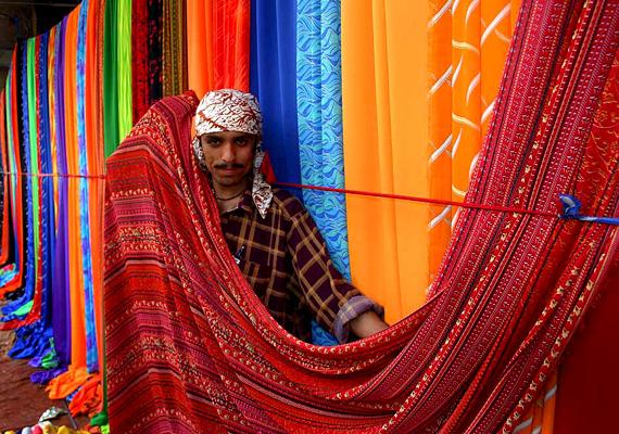 Pakisztánban a hivatalos statisztikák 15 ezernél is többre becsülik az emberrablások számát egy évben. A képen a karachi piac árusa látható.