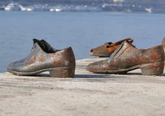 A Cipők a Duna-parton című holokauszt-emlékművet a második világháború ideje alatt Dunába lőtt áldozatok emlékére készítették el, 2005-ben került átadásra. Budapest egyik legmegrázóbb nevezetességének számít.