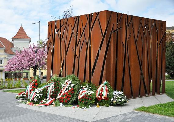 A becslések szerint több mint 14 ezer szovjet fogságba esett lengyel tisztet végeztek ki kegyetlen körülmények között 1940 tavaszán a katyńi erdőben - a tömegsírba vetett áldozatok tiszteletére állították fel Óbudán a katyńi mártírok emlékművét.