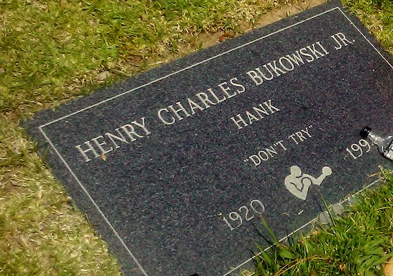 A legendás író és költő, Charles Bukowsi sírját a rajongói által vele együtt megivott italok üvegei mellett a Ne próbáld ki! felirat díszíti.