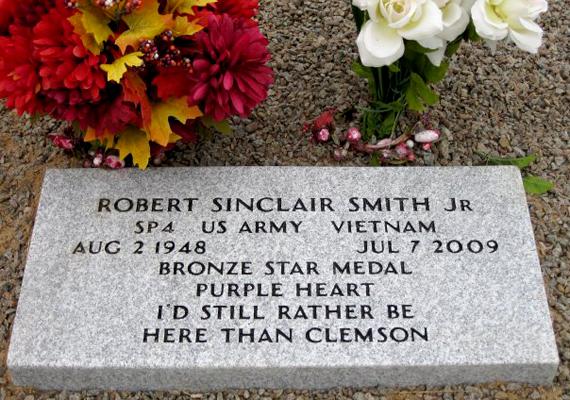 """""""Inkább itt vagyok, mint Clemsonban"""" - áll a nyugat-kolumbiai síron a Lybrand temetőben."""