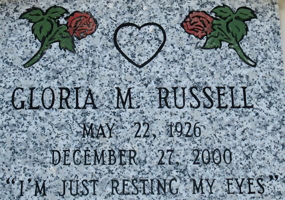 Ugyanitt lehet megnézni Gloria M. Russel sírját is, aki a felirat szerint csupán a szemeit pihenteti.