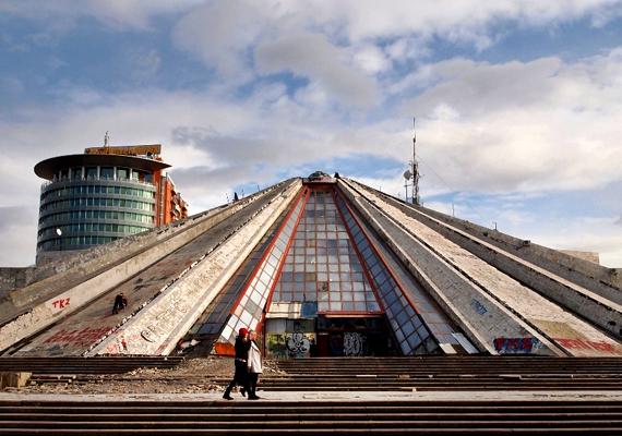 A piramis 1988. október 14-én nyílt meg, eredetileg múzeum volt, mely az albán kommunista diktátor, Enver Hodzsa megbízásából épült fel lánya, illetve veje tervei alapján.