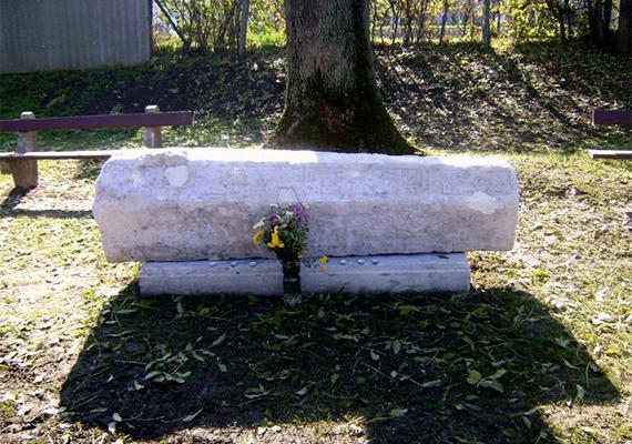Enying híres-hírhedt látnivalójának számít az elátkozottnak is nevezett Rebeka koporsója, mely tulajdonképpen nem is koporsó, hanem egy koporsó alakú síremlék, mely a 18. században itt élt református lelkész, Tokaji Pál lányának a halotti emlékműve. A legenda szerint Rebeka rossz életű lány volt, ezért holttestét kőkoporsóba zárták, a föld azonban háromszor is kivetette magából, bárhová is vitték, visszatért eredeti helyére.