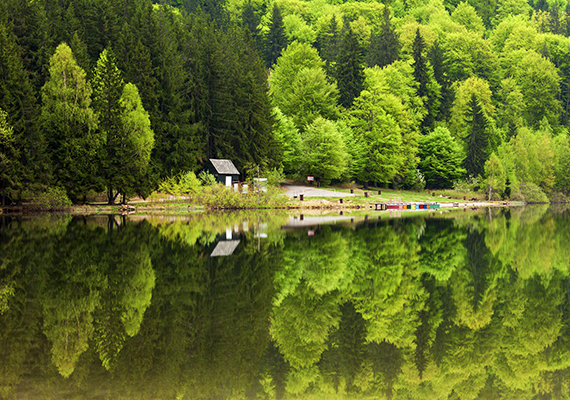 A Hargita megyei Szent Anna-tó is varázslatos úti cél, egyúttal úgy tartják, ez a Magyarországhoz legközelebb eső olyan hely, ahol még kitörhet vulkán. A tó maga tulajdonképpen egy krátertó, amely a Csomád-hegység vulkáni kráterében fekszik a szomszédságában található Mohos-tőzegláppal együtt. Ha többet szeretnél tudni róla, kattints ide!