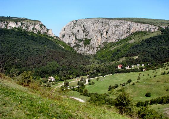 A Torockói-hegységben található Tordai-hasadék Románia hazánkhoz közelebb eső részének egyik leglátványosabb természeti csodája, amely csaknem 2 kilométer hosszan húzódik a több száz méter magas sziklafalak között. A legenda szerint Szent László fohásza miatt hasadt ketté hirtelen a hegy, ha azonban kíváncsi vagy rá, valójában mi történt, illetve további képeket is megnéznél róla, kattints ide!