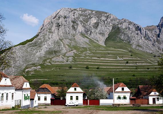 A csodás kis falu híressé vált többek között azáltal is, hogy úgy tartják, itt kétszer kel fel a nap, és kétszer is nyugszik le, köszönhetően különös fekvésének.
