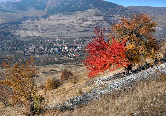 Az 1129 méter magas Székelykő mindig is kiemelt szerepet játszott a helyiek életében, oldalában például sok az olyan barlang, ahová a történelem viharai során a lakosság menekült.