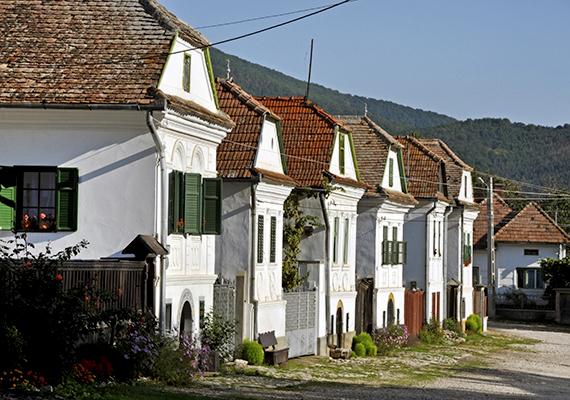 A jellegzetes, fehérre meszelt házairól és kiemelkedő népművészeti értékeiről ismert községet 1999-ben Europa Nostra-díjjal is kitüntették, ami az Európai Unió műemlékvédelmi díja.