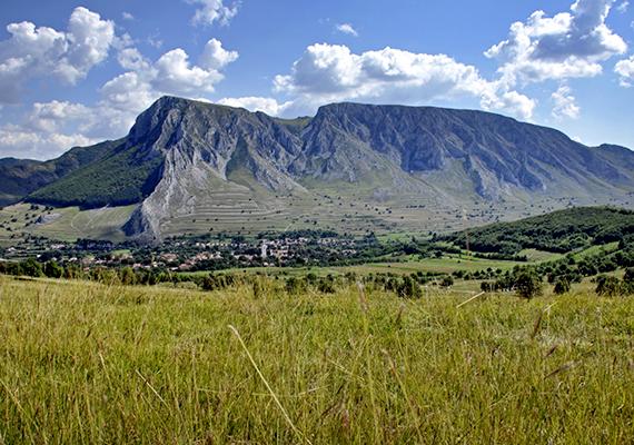 A Torockói-hegységben található Székelykő magasodik ugyanis a falu fölé, amelynek sziklái mögé a faluból szemlélve elbújik a nap, mielőtt újra előbukkanna.