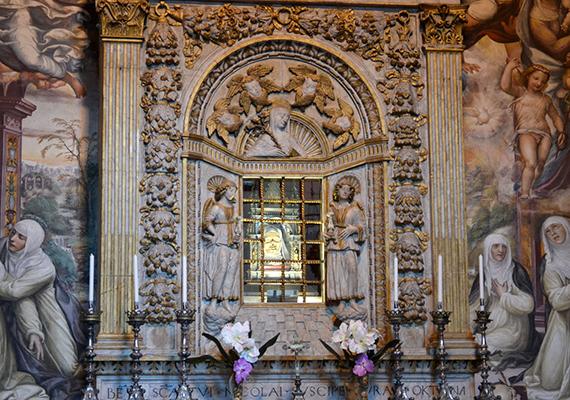 A világ egyik leginkább különös ereklyéjének számít Sziéna védőszentjének és szülöttének, Szent Katalinnak a fejereklyéje, melyet az olasz város katedrálisában őriznek.