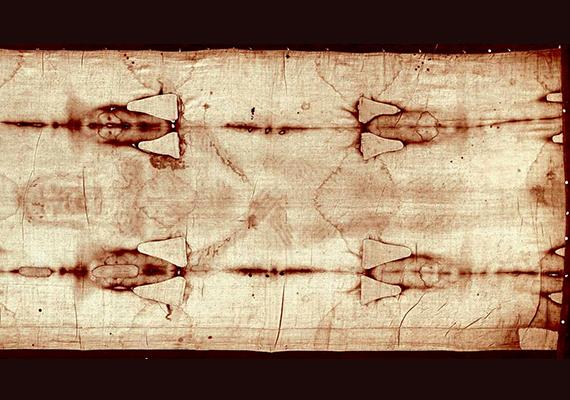 A képen a torinói lepel látható teljes hosszúságában: a hagyomány szerint a több mint négy méter hosszú, illetve egy méter széles lenvászon kendőbe csavarták Jézus holttestét, miután levették a keresztről, és ebben helyezték a sziklasírba. Az 1578 óta a székesegyház kápolnájában őrzött ereklyét elsősorban különleges alkalmakkor tárják a nyilvánosság elé.