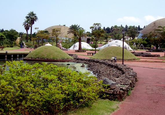 A koreai Jeju Loveland nevű erotikus élményparkot 2002-ben nyitották meg. A park elsősorban pajzán szobrairól híres.