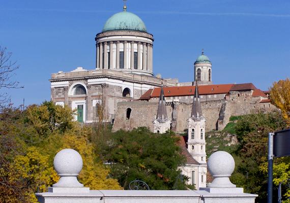 Esztergomban járva kihagyhatatlan látnivaló a bazilika, mely Magyarország legnagyobb egyházi épülete, de Európában is az egyik leghatalmasabb bazilika.
