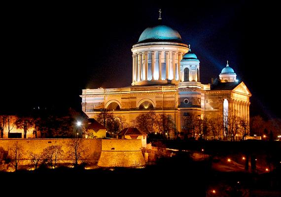 Sötétedés után is fenséges látványt jelentenek Esztergom nevezetességei.