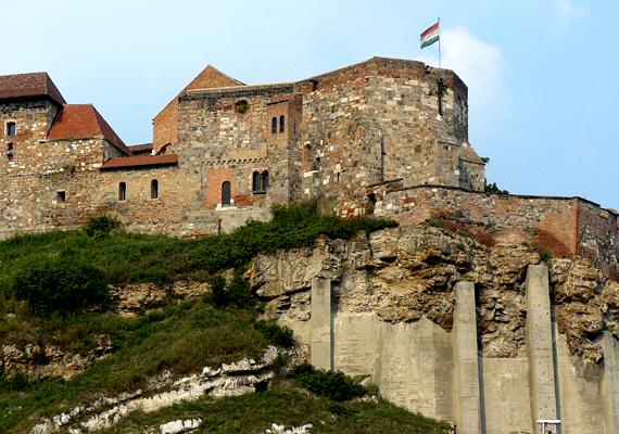 A középkor történelmének kiemelkedő jelentőségű emléke a vár is.