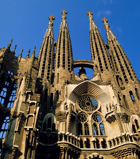 La Sagrada Familia, Barcelona, Spanyolország1884 óta tart a Szent Család-templom építése, mely máig nem fejeződött be tervezője váratlan halála miatt. Antonio Gaudi Barcelonában álló főműve katolikus meggyőződésének szürrealista építészeti megnyilvánulása. Gaudit pápai engedéllyel a templom kriptájában temették el.