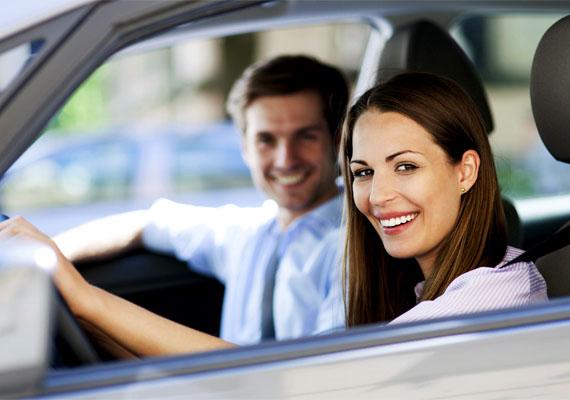 Bár kényelmes megoldás autót bérelni, a bérbe adó cégek kauciót is kérhetnek, illetve más előre fizetési kötelezettséggel biztosítják be magukat. A kaució komoly összeget jelenthet, így erre is érdemes előre felkészülnöd plusz pénzzel, még akkor is, ha végül visszakapod az összeget - legalábbis, ha az autó sértetlen.