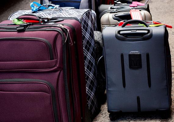 A légitársaságok - többek között biztonsági okokból - szigorúan szabályozzák a poggyászok számát, méretét és súlyát. Ha nem tartod be az előírásokat, pótdíjra számíthatsz, de az is lehet, hogy a repülőjegy nem tartalmazza a poggyászfeladás költségét. Ha nem szeretnéd, hogy a reptéren érjen meglepetés, alaposan olvasd el az adott légitársaság poggyászra vonatkozó tájékoztatását, ha pedig szükséges, a súlyát mérd is le otthon.