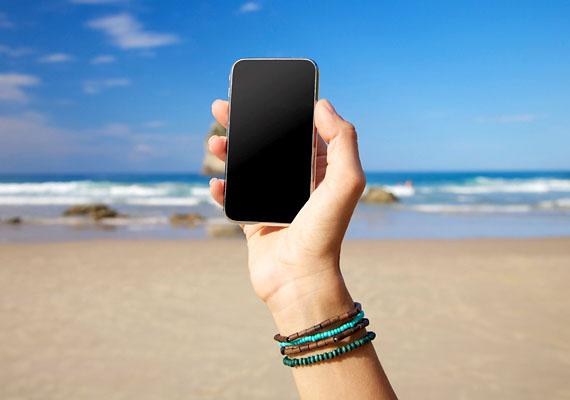 A nyaralásból hazatérve kellemetlen meglepetés érhet a telefonszámla tekintetében is, külföldön ugyanis a bejövő és kimenő hívásokért, illetve az adatforgalomért is roamingdíjat számolnak fel a szolgáltatók, így nem árt ezekről a tarifákról is tájékozódnod. Mindemellett egyes szolgáltatók kínálatában találhatóak kedvezményes lehetőségek is külföldi hívások tekintetében.