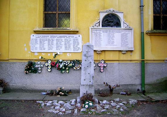 Mindemellett a római katolikus templom épületét és a háborús emléktáblát is érdemes megtekinteni, ha itt jársz.