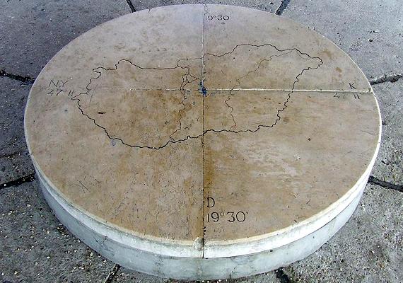 A toronyban egy országtérképpel ellátott napóra is helyet kapott.