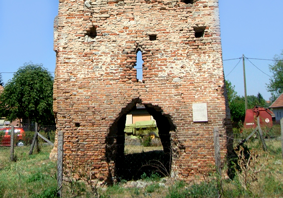 A torony mellett népszerű látnivaló a pusztavacsi templomrom: van, aki szerint Árpád-kori, mások szerint csak a 15. században épült fel.