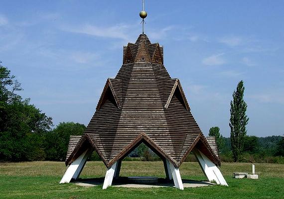 Az ország középpontját jelző tornyot Kerényi József tervezte, és 1979 téli napfordulóján avatták fel.