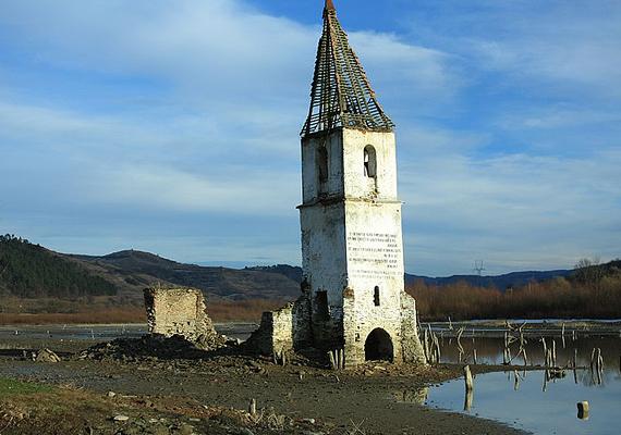 A romániai, Maros megyei Bözödújfalu a falurombolás szimbólumává vált. A települést hivatalosan egy víztározó megépítése miatt árasztották el, valószínűbb azonban, hogy Ceauşescu tervei álltak a háttérben. Kattints ide, és tudj meg többet a faluról!