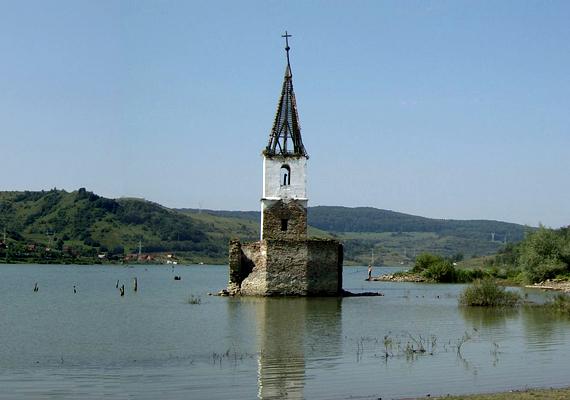 Az egykor 680 lakót számláló, többségében magyarok lakta, békés kis Küsmöd-parti Bözödújfalu sorsát a Ceauşescu-diktatúra, illetve az annak köszönhető gátépítés - sokak szerint szándékos falurombolás - pecsételte meg. A település maradványai ma a tó mélyén nyugszanak, mára szimbolikussá vált templomtornya is leomlott. Ha még több képet megnéznél róla, kattints ide, ha pedig arra vagy kíváncsi, hogy omlott le a torony, erre a korábbi cikkünkre kattints!