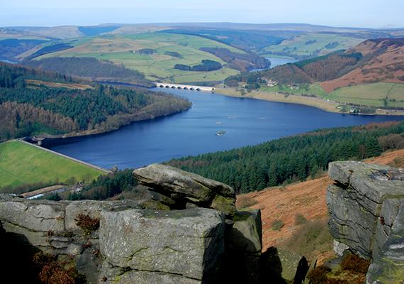 Számos olyan tó található Európában is, melynek békés környéke hasonló történet emlékét őrzi, ilyen az angliai Derbyshire-ben található Ladybower víztározó is, mely két falu vesztét okozta. A maradványok máig a víz alatt nyugszanak. Még több képért kattints ide!
