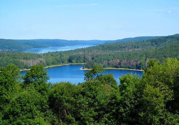 Az Amerikai Egyesült Államokban, Massachusettsben található Quabbin víztározó szinte rekordernek számít annak tekintetében, hány falut kellett elpusztítani miatta, az 1930 és 1939 között létrehozott mesterséges tó mélyén négy egykori település maradványai nyugszanak. Még több képért kattints ide!