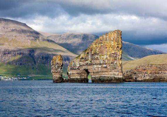 Számos természeti csoda tárul az idelátogatók szeme elé. A szigetek Izlandhoz közel fekszenek, ahol a világ egyik látványos törésvonala is megtekinthető: kattints ide, és nézd meg!