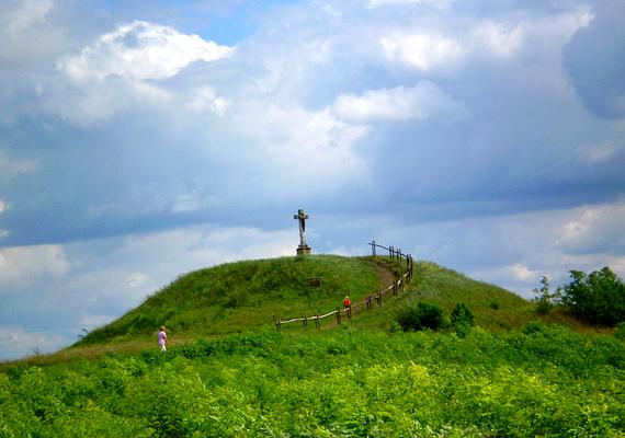 A Kálvária-domb. A Szolnoktól 35 kilométerre található Fegyvernek két kunhalommal is büszkélkedhet: az egyik a Kálvária-domb, a másikon ma temető található.