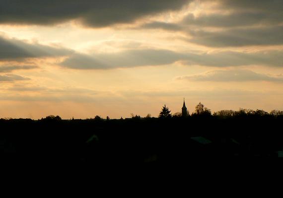 Különleges hangulatot teremt a fények játéka és a templomtorony látványa: ezt láthatja azt, aki naplemente idején tekint le a dombról.