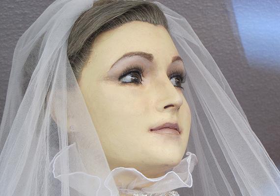 A mexikói Chihuahua városának egyik menyasszonyiruha-üzletének kirakatában furcsa próbababa áll, mely előtt gyakran állnak meg a turisták is. A báburól, vagyis a híres halott menyasszonyról ugyanis úgy tartják, valójában nem is bábu, hanem egy kiváló állapotban megőrzött holttest.