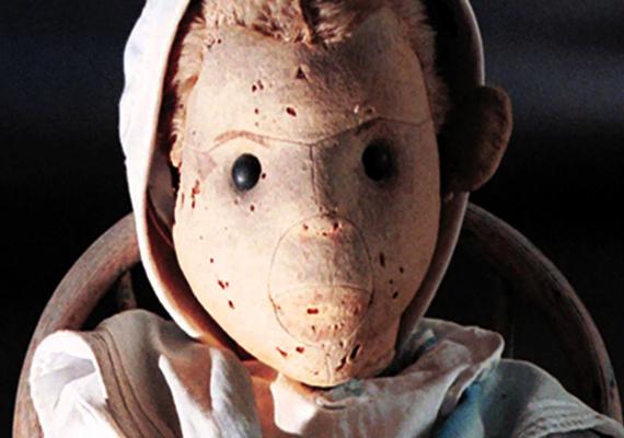 A babáról többször is állították tulajdonosai, hogy gonosz erők és gyilkos szándékok irányítják, nem véletlen, hogy ihletet adott a Gyerekjáték című horrorfilm Chucky nevű karakteréhez is. A babáról úgy tartják továbbá, tilos anélkül lefényképezni, hogy engedélyt kérnének tőle, máskülönben átkot szór a látogatóra és családjára. Ha még többet szeretnél tudni róla, kattints ide!