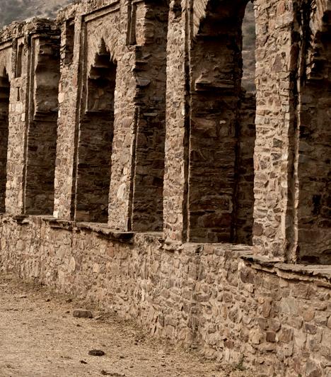 Bhangarh, India  Az indiai Bhangarh-ot egykor elhagyták lakói, az ősi legendák szerint azért, mert egy mágus elátkozta a várost. Úgy tartják, a hely minden éjszaka eltűnik, és az is, aki ilyenkor lép területére. A turisták gyakran számolnak be az itt észlelt paranormális jelenségekről, emellett tábla is jelzi, hogy napnyugta után és napkelte előtt tilos belépnie bárminek is.  Kapcsolódó cikk: A város, ami minden éjjel eltűnik »