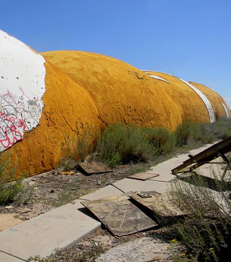 The Domes, USA                         Az Amerikai Egyesült Államokban, az arizonai sivatagban található Domes-ról a helyiek sokszor nem is tudják feltétlenül, pontosan kik is építették. Az elhagyott, földönkívüli járművekhez hasonló épületek az '50-es hangulatát idézik, pedig csak 1982-ben építették őket egy elektromossággal foglalkozó cég jóvoltából.