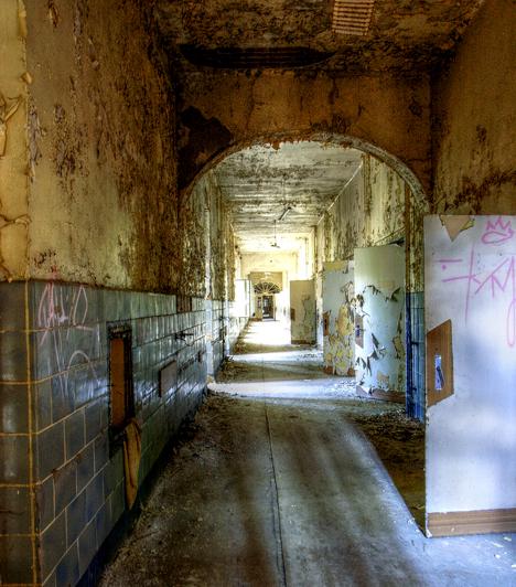 Beelitz Heilstatten kórház, Németország                         A berlini Beelitz Heilstatten kórház az 1800-as években épült, hogy tuberkulózisos betegeket kezeljenek orvosai, a világháborúk során azonban katonai kórház volt. Romjai ma félelmetes látványt nyújtanak, nem véletlen, hogy filmesek is gyakran használják díszletként.