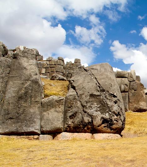 Sacsayhuaman, Peru  Sacsayhuaman a perui Cuzco közelében található falrendszer, melyet a spanyolok szerint démonok, Erich von Däniken szerint pedig földönkívüliek építettek. Az elhagyott hely bizarr mivoltát fokozza az is, hogy egykor rengeteg ember vére tapadt hozzá, hisz tragikus kimenetelű támadások színhelye volt.  Kapcsolódó cikk: A spanyolok szerint démonok építették a helyet »