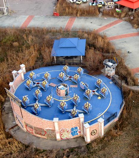 Six Flags vidámpark, New Orleans                         New Orleans Six Flags nevű vidámparkja egykor pezsgett az élettől, a Katrina hurrikán azonban elpusztította. Az egykori játékok ma kísérteties látványt nyújtanak.
