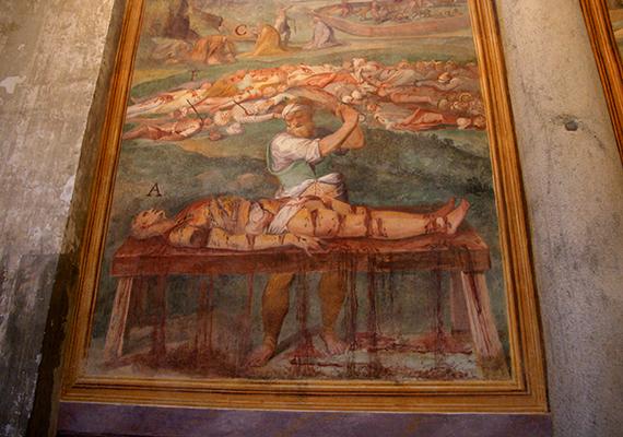 A római Santo Stefano Rotondo a kereszténység legrégebbi körtemploma, egyúttal a magyarok nemzeti temploma is, mindezek mellett azonban legfőképp mártíriumáról híres, amely rendkívül naturalisztikus módon ábrázolja a vértanúk szenvedéseit, kivégzéseit, nem véletlen, hogy sokak számára sokkoló élményt jelent a templom meglátogatása. Még több képért kattints ide!