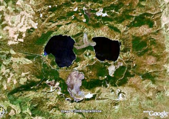 Szintén az Egyesült Államokban tűnik fel a magasból ez a hatalmas koponya, mely valójában a Newberry-vulkán, illetve annak környéke. Ezen a linken olvashatsz róla bővebben!