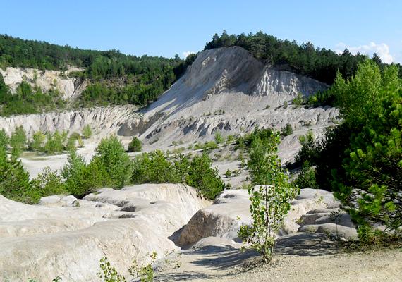 A keszthelyi mólóról és strandról is látszik az a hatalmas, fehér mélyedés, melyet Gyenesdiás északi részén, a hegyoldalban alakítottak ki a bányászati tevékenység révén. Az egykori bányaterületet ma számos meredek sziklafal határolja.