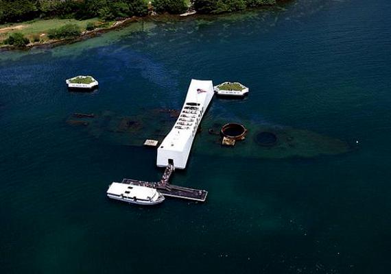 A Pearl Harbor-i támadás során elsüllyedt USS Arizona pusztulása során 1177 ember halt meg. Ma emlékhely található a híres hajó roncsai fölött.